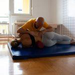 Девојка у Лежећем Положају Вежба на Струњачи са Терапеутом на Третману Програм по Шроту