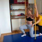 Девојка у Получучећем Положају са Шипкама Вежба Динамичку Неуромускуларну Стабилизацију Тела са Терапеутом Зоне Комфора