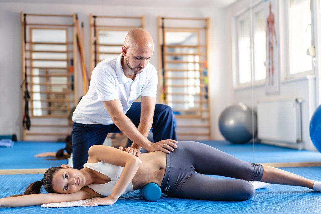 Девојка у Лежећем Положају на Индивидуалној Вежби са Терапеутом у Сали Зоне Комфора на Третману Програм по Шроту