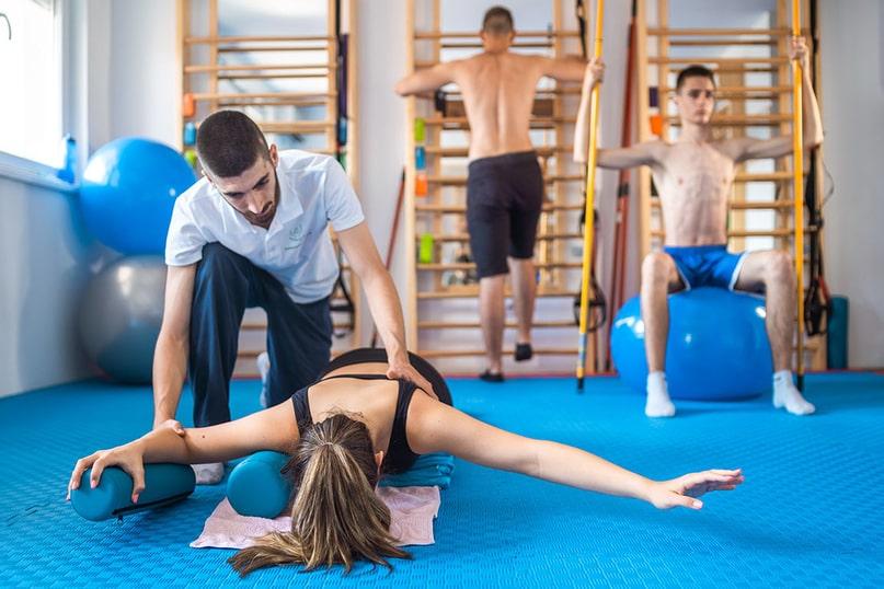 Терапеут у Сали Зоне Комфора Вежба са Клијентима у Различитим Положајима Тела на Третману Програм по Шроту