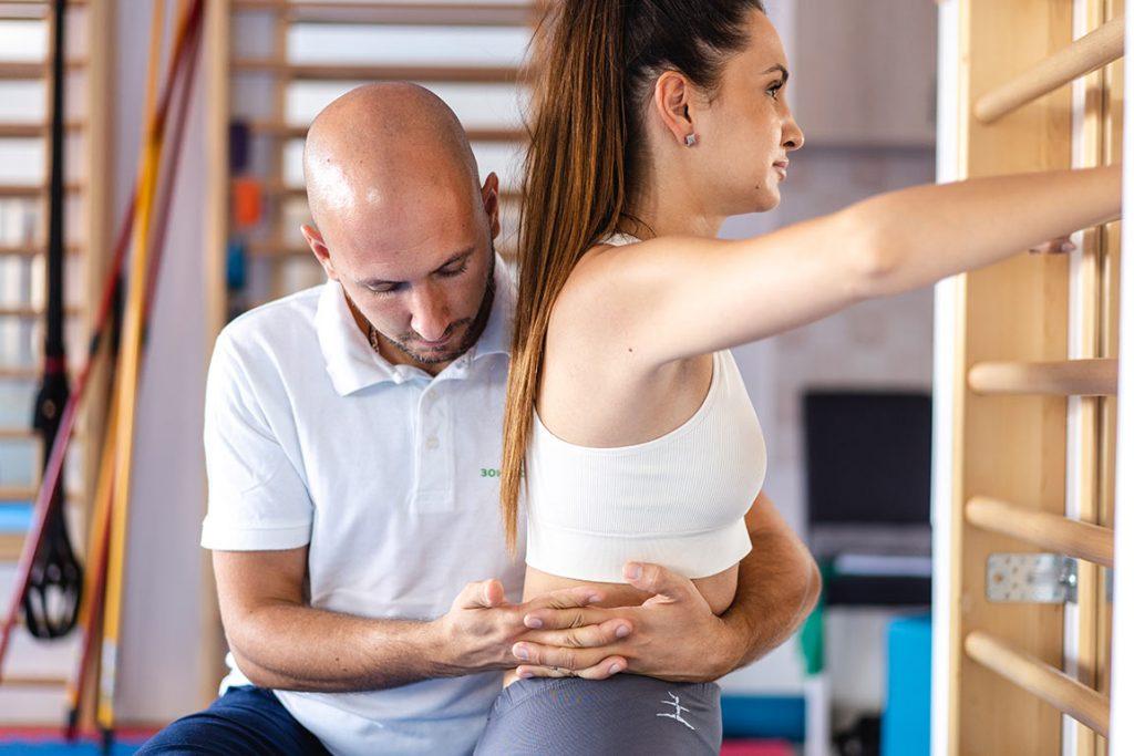 Девојка на Индивидуалној Вежби на Рипстолу са Терапеутом на Третману Програм по Шроту у Сали за Вежбање Зоне Комфора