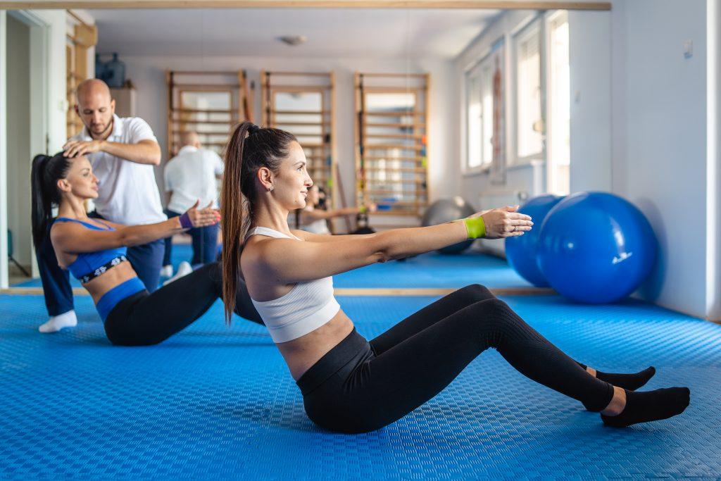 Две девојке изводе ДНС вежбе са физиотерапеутом - Зона Комфора - Нови Сад
