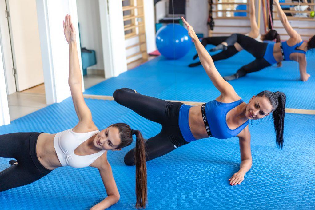 Две девојке тренирају са физиотерапеутом - Зона Комфора - Нови Сад